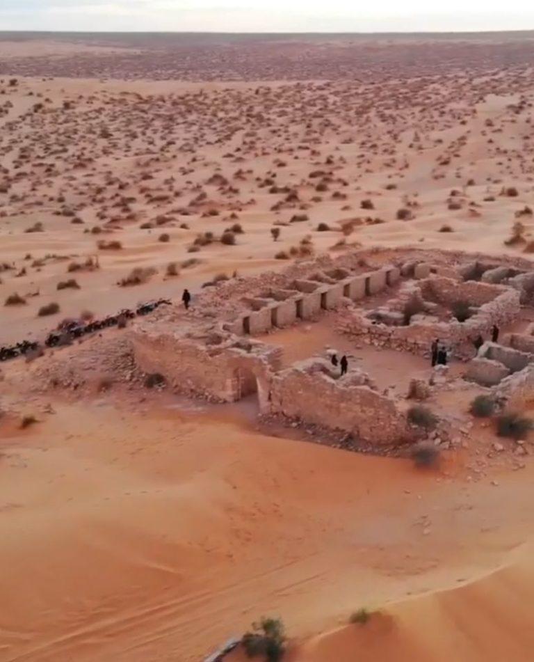 Vue à couper le souffle Tisavar Connaissez-vous le fort de Tisavar ? Situé aux abords du grand erg, entre le Nefzaoua et Remada, ce fort a été construit sous le règne de l'empereur Commode, entre 184 et 187. Il permettait de surveiller la route du Dhahar et faisait partie de la frontière romaine, le fameux limes, qu'on nommait aussi « fines », « ripa » ou « terminus ». Aujourd'hui, Tisavar se nomme Ksar Ghilane. Ici, au milieu d'une dune secrète, se trouve l'un des forts les mieux conservés de cette frontière antique. D'ailleurs, sa dernière occupation remonte à la Deuxième guerre mondiale, lorsqu'il fut investi par les soldats de la fameuse colonne Leclerc. Pour rejoindre le fort, il faut marcher près d'une heure dans les dunes, puis, soudain, Tisavar est devant nous. Une dédicace à Jupiter trône au-dessus du seuil de ce rectangle de 30 sur 40 mètres. On reconnait une cour bordée de chambres. Des escaliers placés aux quatre coins du fortin soulignent l'existence d'un chemin de ronde, aujourd'hui disparu. En regardant au loin l'étendue du Dhahar, je ne peux m'empêcher de songer à un livre, « Le Désert des Tartares » de Dino Bruzatti. Je pense aussi à un film, « Danse avec les Loups » de Kevin Kostner. La nuit tombe peu à peu. Je m'apprête à la passer à la belle étoile. Peut-être y aura-t-il au berceau de l'aurore, un rendez-vous magique avec le une étoile filante