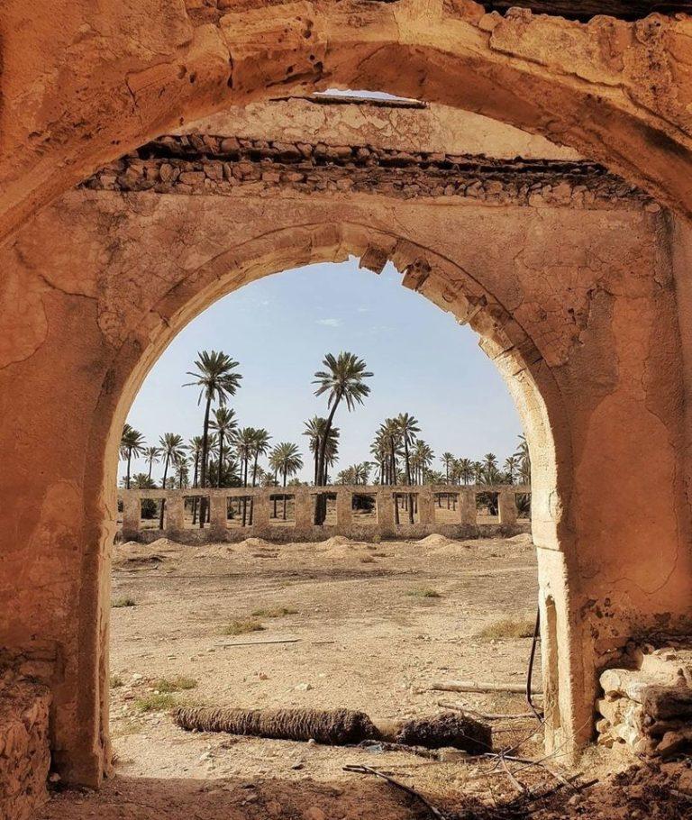 Palais BEN AYED Djerba Tunisie Un chateau construit par le Général et Caid de l'Aradh Hmida BEN AYED vers 1780. Les BEN AYED se sont succéder dans la gouvernance de l'île de Djerba et bien plus durant plusieurs générations. Le Palais BEN AYED fait partie intégrante de la mémoire djerbienne. Pour sa construction le Caid Hmida fait appel à des maîtres maçons italiens, des artisans Tunisiens. Inspirée de la Médina, c'est une vraie merveille du point de vue architecturale. Les faiences de Guellala semblable à celle de Qalaline ont été conçus spécialement pour le Ksar. Les mosaïques andalouses, les arcades hafsides et les colonnes romaines de réemploi, les dalles en marbre et les plafonds richement décorées en font un monument unique qu'il faut visiter à Djerba. La légende raconte que l'artiste qui aurait sculpté les plafonds du palais BEN AYAD aurait perdu la main après avoir achevé ses travaux ! Est t'est ce un accident ou le sort du destin ? Le caid aurait-il ordonné qu'on lui la coupe pour qu'il n'y en ai pas de pareil au monde ? Depuis 2016 le monument a été classé patrimoine national. La famille BEN AYED à créer une association pour la restauration du Palais BEN AYED.