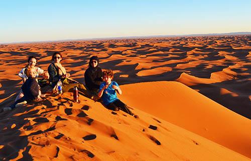 Découvrir le désert est la joie des vos enfants qui se retrouvent dans la nature et dans l'immensité des espaces au sud Tunisie . Une façon de découvrir un autre mode de vie avec l'apprentissage d'une vie basée sur l'essentiel au cœur de désert tunisien. Nous vous conseillons le choix d'une méharée ou d'un trek chamelier qui fera le bonheur des enfants à s'occuper des chameaux et à pouvoir admirer le paysage montés sur leurs dos. Voyage dans le circuit sud Tunisie en famille avec vos enfants dans le désert de sud tunisie. C'est un voyage spécial pas comme les autres pour la famille et pour les amis aussi, qui permet à chacun de se retrouver son bonheur, prendre le temps d'être ensemble et de partager un magnifique voyage dans le désert au sud tunisie. nos tarif spécial est fait spécialement pour les familles aves enfants de moins de 12 ans et même pour les amis on group. Nous privilégions les voyages en famille dans le désert du Sahara sud Tunisie: diversité des paysages, dunes magnifiques, circuit personnalisé tout dans un cadre de rêve et de beauté sauvage.
